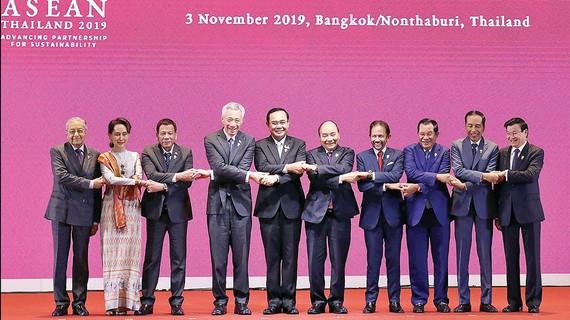 Thủ tướng Nguyễn Xuân Phúc và các trưởng đoàn tại lễ khai mạc Hội nghị Cấp cao ASEAN lần thứ 35. Ảnh: TTXVN