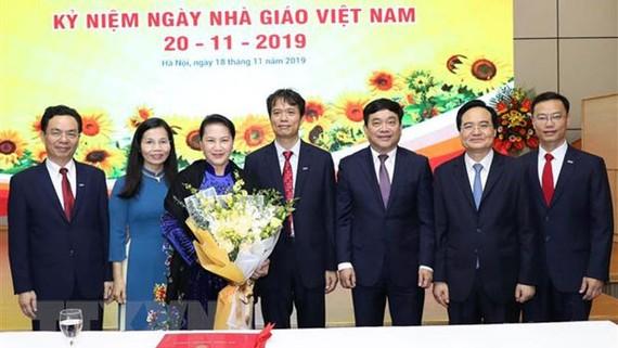 Chủ tịch Quốc hội Nguyễn Thị Kim Ngân và lãnh đạo trường Đại học kinh tế quốc dân. Ảnh: Trọng Đức/TTXVN