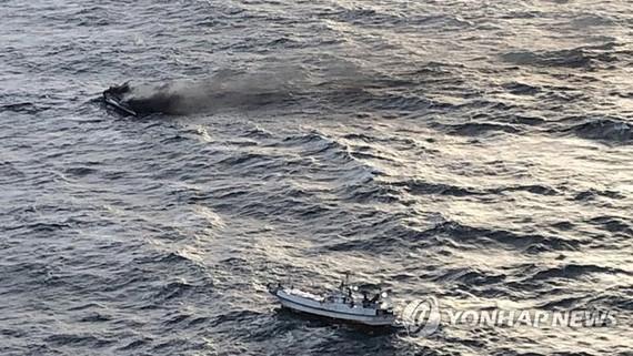 Hình ảnh thuyền bốc cháy ngoài khơi đảo Jeju do Lực lượng bảo vệ bờ biển Jeju cung cấp vào ngày 19-11. Nguồn: Yonhap