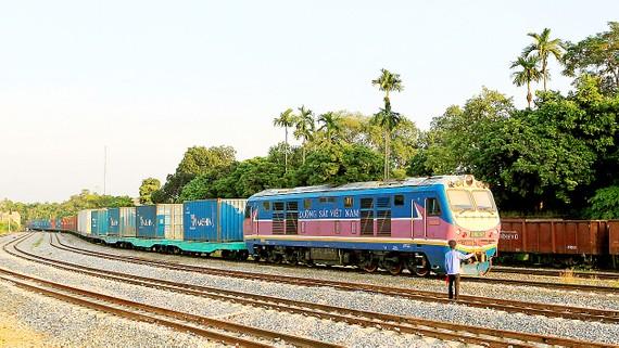 Tuyến đường sắt Lào Cai - Hà Nội hiện hữu là đường sắt khổ 1m, tốc độ khai thác 50-80km/h