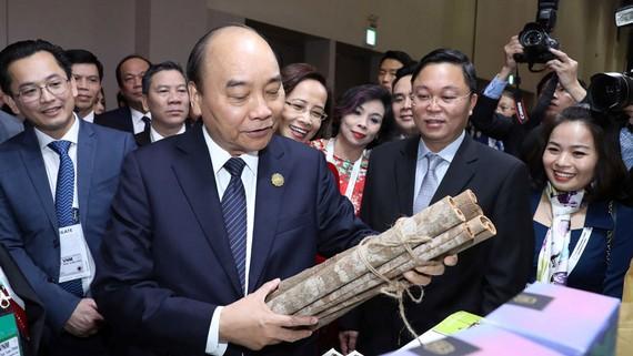 Thủ tướng Nguyễn Xuân Phúc thăm gian hàng Việt Nam tại Triển lãm Korea - ASEAN Invest