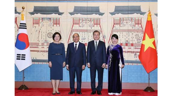 Tổng thống Hàn Quốc Moon Jae-in và phu nhân đón Thủ tướng Nguyễn Xuân Phúc và phu nhân. Ảnh: TTXVN