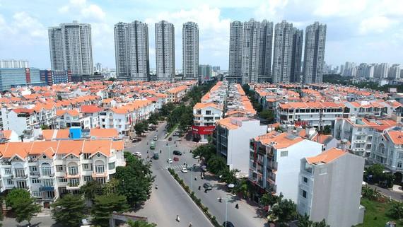 Dân cư tại quận 7, khu Nam thành phố. Ảnh: CAO THĂNG