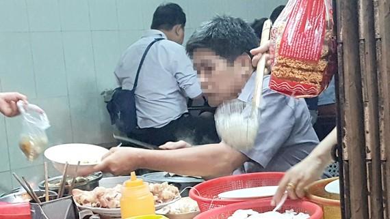 Người bán dùng tay không bốc thịt, bún làm đồ ăn cho khách