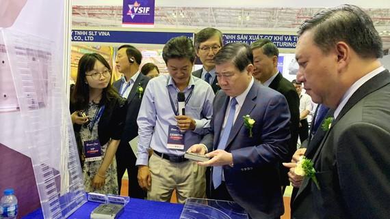 Chủ tịch UBND TPHCM Nguyễn Thành Phong tham quan gian hàng sản phẩm công nghiệp hỗ trợ của doanh nghiệp trong nước tại triển lãm. Ảnh: ÁI VÂN