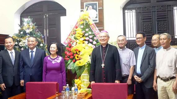 Đồng chí Trương Thị Mai thăm và tặng hoa chúc mừng Tòa Giám mục Đà Nẵng và Hội Truyền giáo Cơ đốc TP Đà Nẵng nhân dịp Giáng sinh