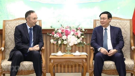 Phó Thủ tướng Chính phủ Vương Đình Huệ tiếp Phó Chủ tịch Tập đoàn Nike. Ảnh: Văn Điệp/TTXVN