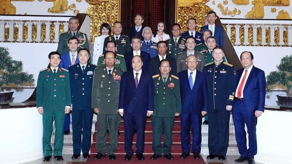 Thủ tướng Nguyễn Xuân Phúc với lãnh đạo Bộ Quốc phòng, quân đội các nước ASEAN, Liên bang Nga và Trung Quốc. Ảnh: TTXVN