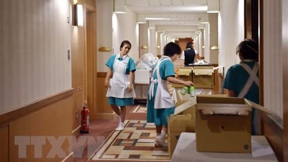 Nhân viên làm việc tại một khách sạn ở Tokyo, Nhật Bản. Ảnh: TTXVN
