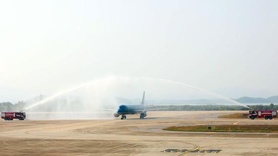 Nghi thức phun vòi rồng chào đón chuyến bay đầu tiên từ Nhật Bản đến Cảng hàng không quốc tế Vân Đồn. Ảnh: ĐỖ VIỆT PHƯƠNG