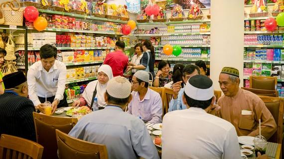 Tổng công ty Thương mại Sài Gòn vừa khai trương cửa hàng Satrafoods Halal, chuyên bán các loại thực phẩm được chứng nhận Halal dành cho cộng đồng Hồi giáo. Ảnh: CTV