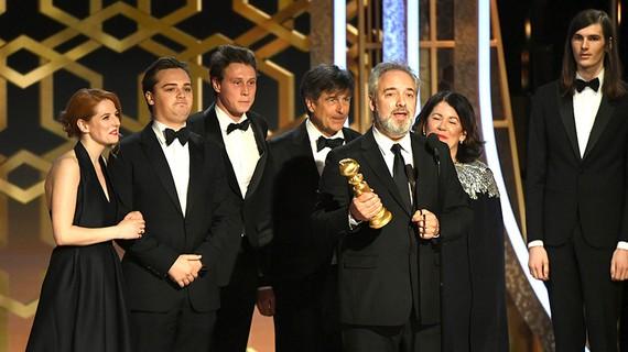 Đạo diễn Sam Mendes cùng êkíp đoàn phim 1917 trên sân khấu nhận giải. Ảnh: Goldenglobes.com