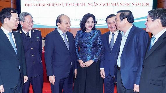 Thủ tướng Nguyễn Xuân Phúc gặp gỡ các đại biểu tại hội nghị ngành tài chính. Ảnh: VIẾT CHUNG