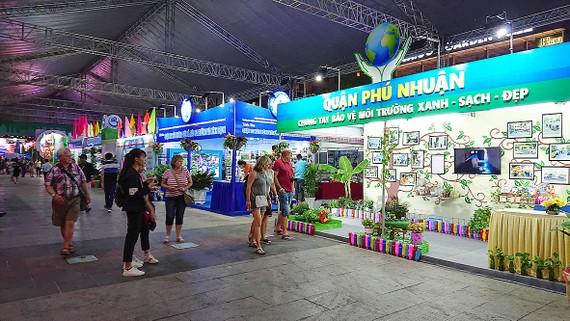 Du khách nước ngoài tham quan gian hàng triển lãm tại TPHCM. Ảnh: NGUYỄN NHÂN