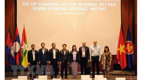 Trưởng đoàn SEOM Hợp tác kinh tế CLMV và GIZ chụp ảnh lưu niệm tại cuộc họp. Ảnh: Trần Việt/TTXVN