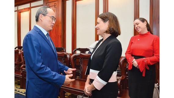 Bí thư Thành ủy TPHCM Nguyễn Thiện Nhân tiếp Đại sứ Australia, bà Robyn Mudie. Ảnh: VIỆT DŨNG