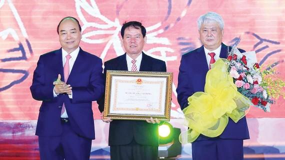 Thủ tướng Nguyễn Xuân Phúc trao tặng Huân chương Lao động hạng nhất cho tỉnh Trà Vinh. Ảnh: TTXVN