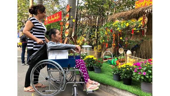 Bệnh nhân và người thân tham quan đường hoa trong khuôn viên Bệnh viện Chợ Rẫy