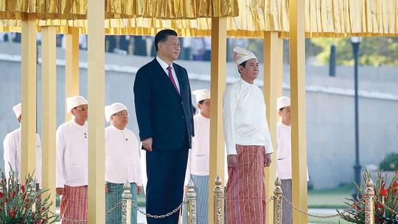 Chủ tịch Trung Quốc Tập Cận Bình (trái) và Tổng thống Myanmar U Win Myint trong lễ đón tại dinh Tổng thống ở Naypyidaw, Myanmar