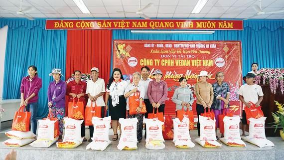 Bà Nguyễn Thu Thủy - đại diện Vedan trao quà Tết cho bà con phường Mỹ Xuân (thị xã Phú Mỹ, Bà Rịa - Vũng Tàu)