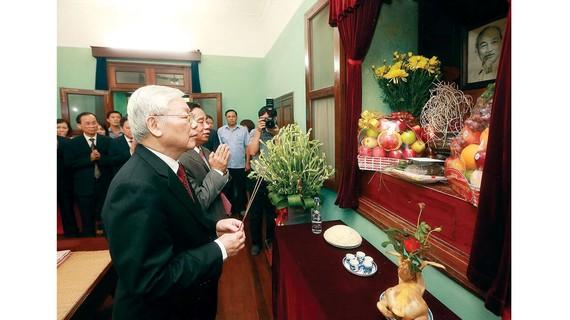 Tổng Bí thư, Chủ tịch nước Nguyễn Phú Trọng đến dâng hương tưởng niệm Bác Hồ tại Nhà 67 trong Khu Di tích Chủ tịch Hồ Chí Minh tại Phủ Chủ tịch, nơi Người từng sống và làm việc đến ngày cuối cùng. Ảnh: TTXVN