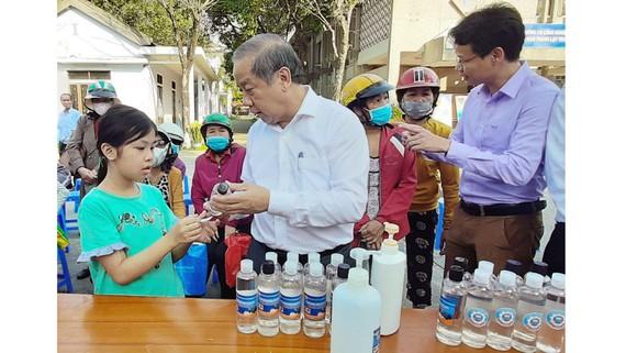Ông Phan Ngọc Thọ thăm cơ sở sản xuất dung dịch nước rửa tay khô diệt khuẩn miễn phí cho cộng đồng