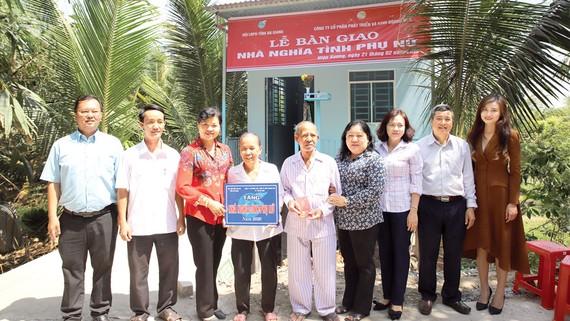 Ban lãnh đạo HDTC và lãnh đạo Hội Liên hiệp Phụ nữ An Giang chụp hình lưu niệm cùng hộ gia đình cô Nguyễn Thị Chính - xã Hiệp Xương, huyện Phú Tân
