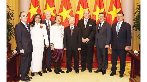Tổng Bí thư, Chủ tịch nước Nguyễn Phú Trọng cùng đại sứ các nước đến trình Quốc thư. Ảnh: TTXVN