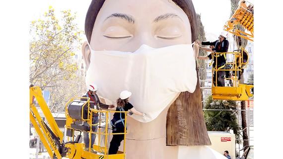 Đeo khẩu trang cho tượng tại festival Fallas (đã bị hủy bỏ bởi dịch Covid-19) ở Tây Ban Nha