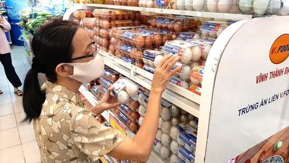 Khách hàng vẫn mua sắm bình thường tại siêu thị ở TPHCM