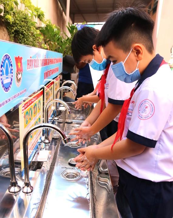 Trao 25 bồn rửa tay mở nước bằng chân đạp cho học sinh