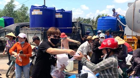 Nghệ sĩ Đại Nghĩa tặng bồn chứa nước và khẩu trang cho người dân