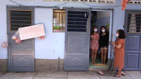 Bà Nguyễn Thị Xuân Hương thông báo hỗ trợ tiền nhà và thực phẩm cho sinh viên, người lao động trong mùa dịch. Ảnh: XUÂN QUỲNH