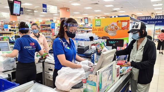 Nón chống dịch được nhân viên siêu thị sử dụng để tự bảo vệ mình khi tiếp xúc với khách hàng