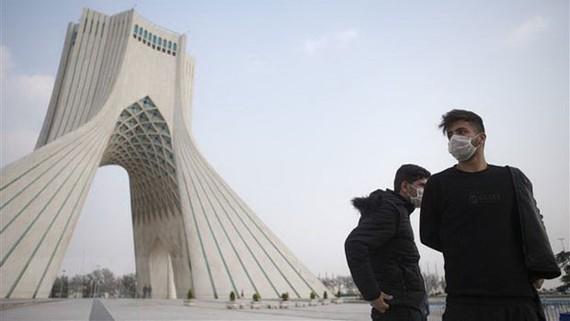 Người dân đeo khẩu trang để phòng tránh lây nhiễm Covid-19 tại Tehran, Iran. Nguồn: TTXVN