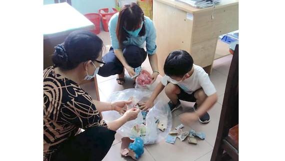 Bé Bùi Khánh Lâm đập heo đất tại phường Linh Chiểu ủng hộ phòng chống dịch bệnh