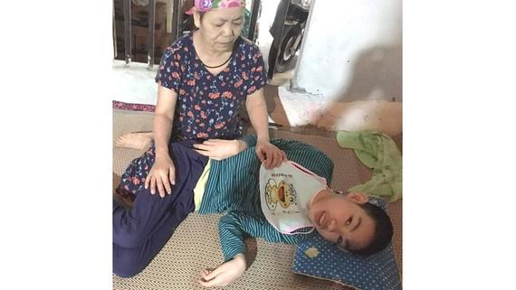 Phan Anh Cương bên bà