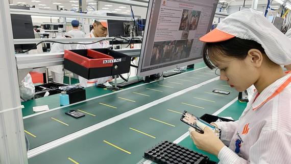 Nhà máy sản xuất điện thoại di động Vsmart được Vingroup đầu tư bài bản