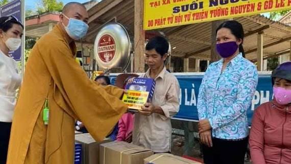 Đại đức Thích Minh Phú trao tặng máy lọc nước ngọt hộ gia đình cho một gia đình tại tỉnh Tiền Giang