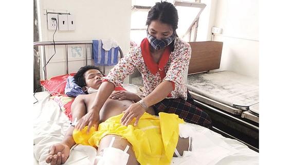 Anh Đinh Văn Tan đã phải phẫu thuật cắt bỏ 2 chân