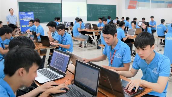 Sinh viên ngành Công nghệ thông tin (Trường Đại học Công nghệ TPHCM) trong giờ học thực hành