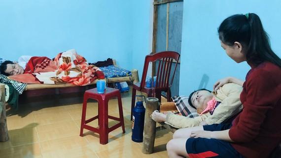 Một người, nuôi 3 người nằm liệt