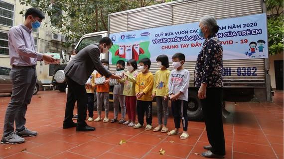 Đại diện Vinamilk tặng sữa cho trẻ em Trung tâm Nuôi dưỡng trẻ mồ côi Hà Cầu (Hà Nội)