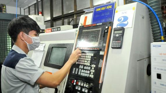 Sản xuất tại Công ty Nhựa Duy Tân - một doanh nghiệp thành viên của Hamee. Ảnh: CAO THĂNG