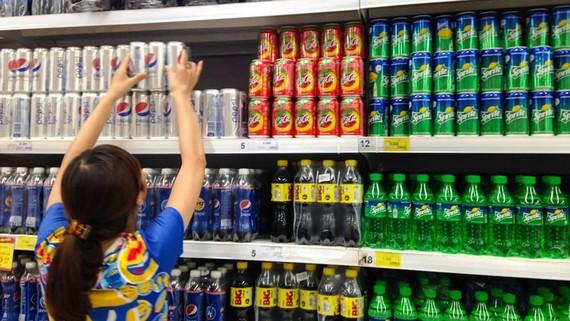 Người tiêu dùng chọn mua nước giải khát tại hệ thống siêu thị Co.opmart