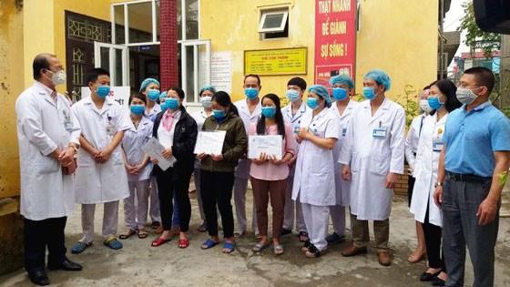 Các bệnh nhân mắc Covid-19 được Bệnh viện Đa khoa tỉnh Hà Nam công bố khỏi bệnh