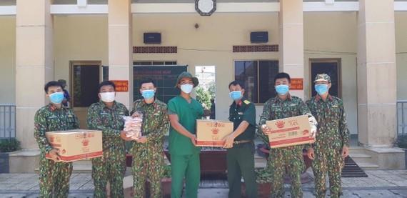 Hơn 2.500 thùng sản phẩm được gửi tặng đến các nhân viên y tế tuyến đầu và các cơ quan chính phủ