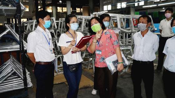 Đoàn UBND quận 7 và Trung tâm Kiểm soát bệnh tật TPHCM giám sát tại Công ty TNHH Always (KCX Tân Thuận, TPHCM). Ảnh: THÁI PHƯƠNG