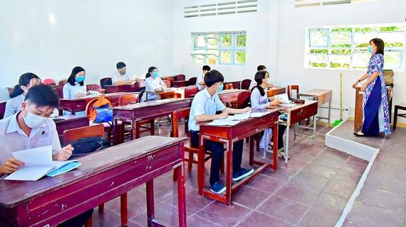 Học sinh THPT tỉnh Cà Mau đi học lại từ ngày 20-4, tuân thủ các quy định về khoảng cách trong lớp học. Ảnh: TRẦN HIẾU