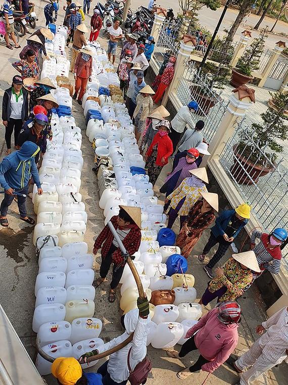 Nước ngọt được chở từ TPHCM về hỗ trợ người dân vùng hạn mặn ở ĐBSCL